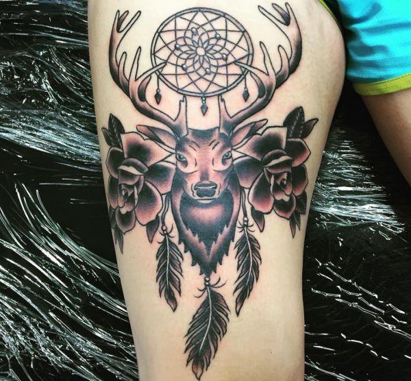 Traumfänger mit Hirsch und Blumen Tattoo Design am Oberschenkel