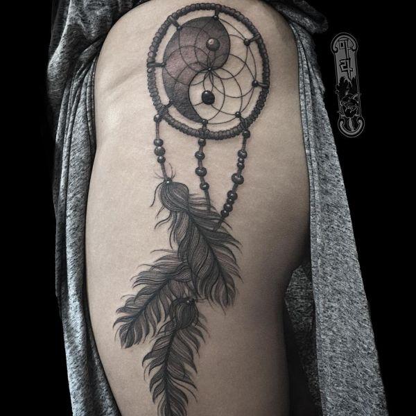 Traumfänger mit Yin Yang Tattoo Design auf der Hüfte