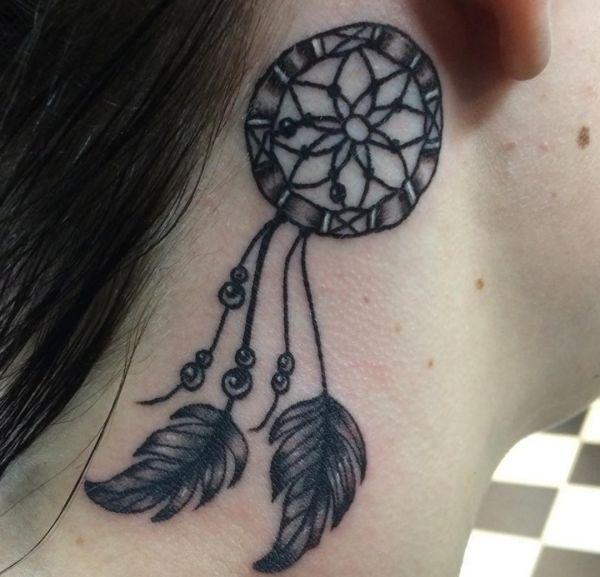 Traumfänger Tattoo hinter dem Ohr