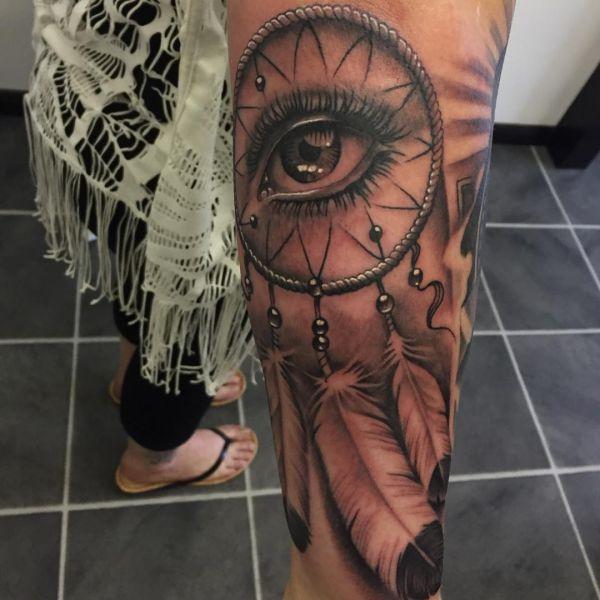 Realistisch Traumfänger mit Auge Design auf dem Arm