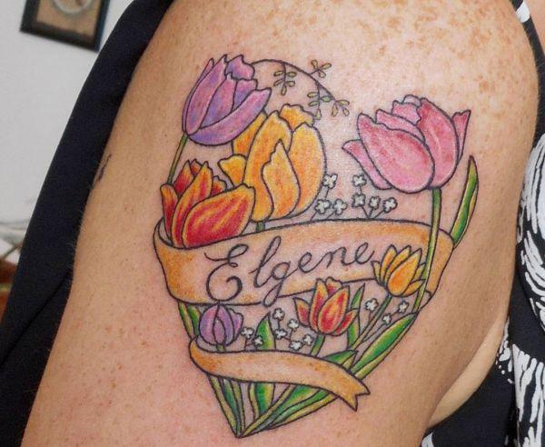 Bunte Tulpen Design mit Banderole am Oberarm