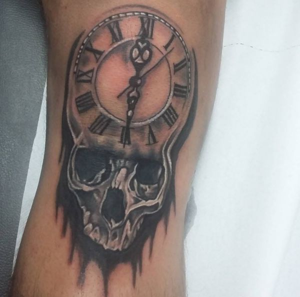 Tattoo Uhr mit Totenkopf Design