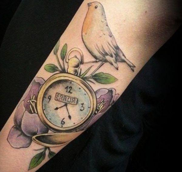 Uhr Tattoo mit Vogel und Blumen am Unterarm
