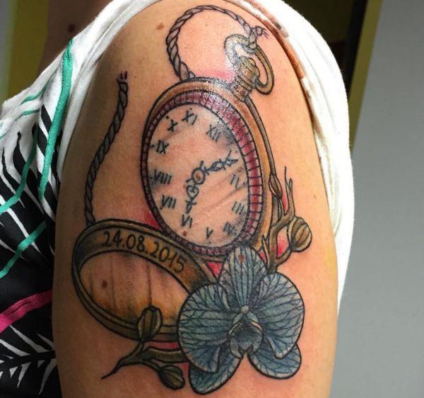 Antike Uhr mit Blume und Datum Design am Oberarm