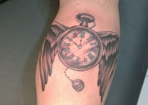 Uhr Tattoo mit Flügeln Design