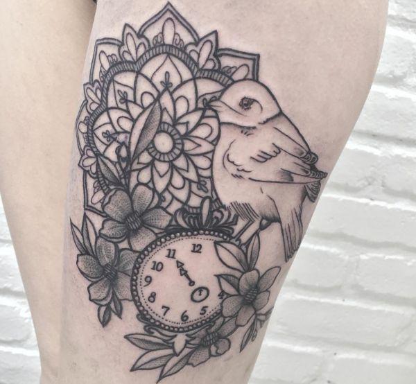 Mandala Tattoo Vogel mit Uhr und Blumen Design