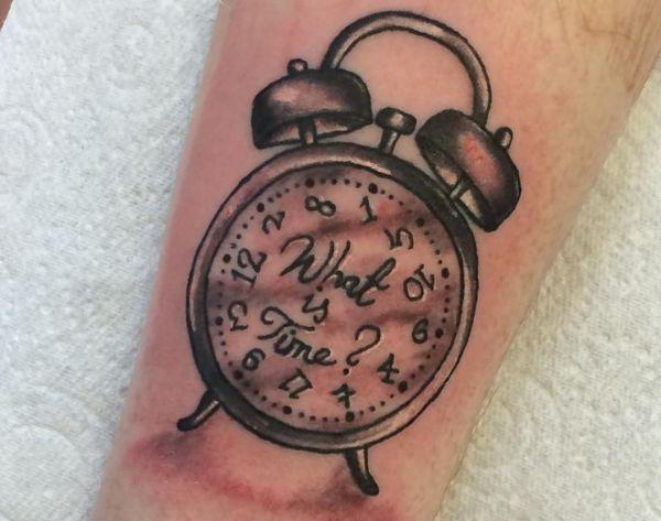 Wecker Tattoo Design am Unterarm