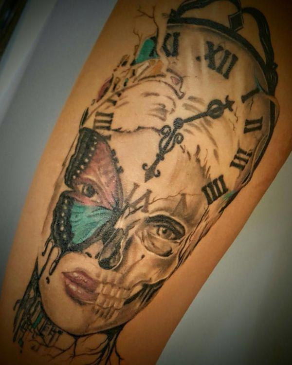 Abstract Uhr und Schmetterling Tattoo Design