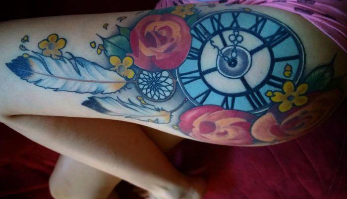 Uhr Tattoo mit Traumfänger und Feder für Frauen