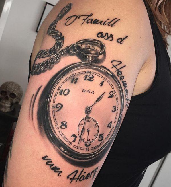 Uhr mit Sprüche Tattoo Design am Oberarm