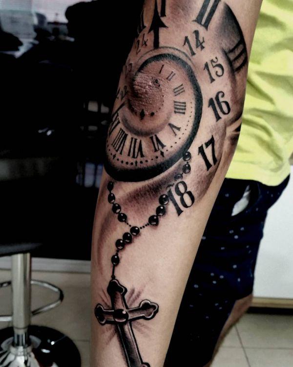 Uhr mit Kreuz Tattoo Design am Ellenbogen