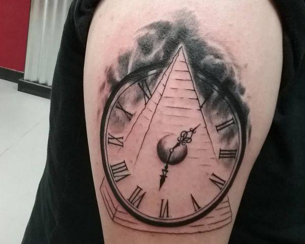 Abstract Uhr Design mit Pyramide