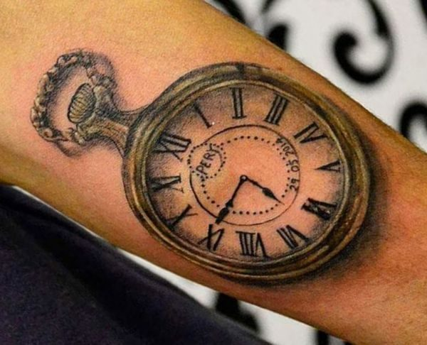 3D Taschenuhr Tattoo Design auf dem Arm