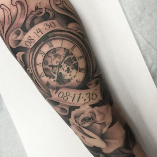 Rosen und Uhr Tattoo Design mit Datum