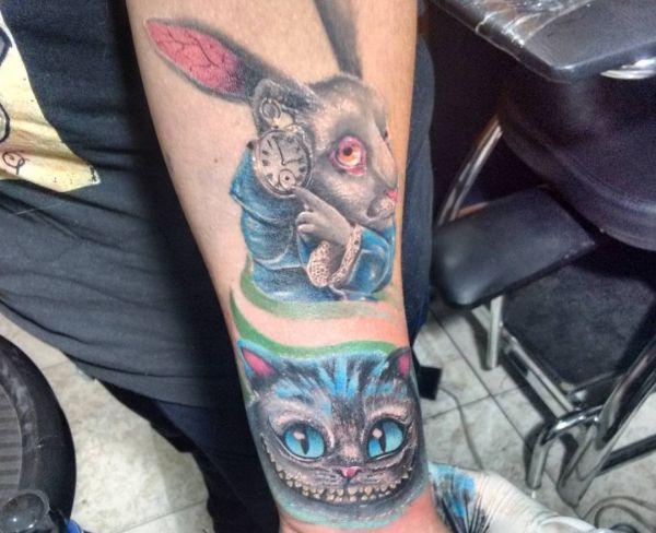 das weiße Kaninchen aus Alice im Wunderland Tattoo