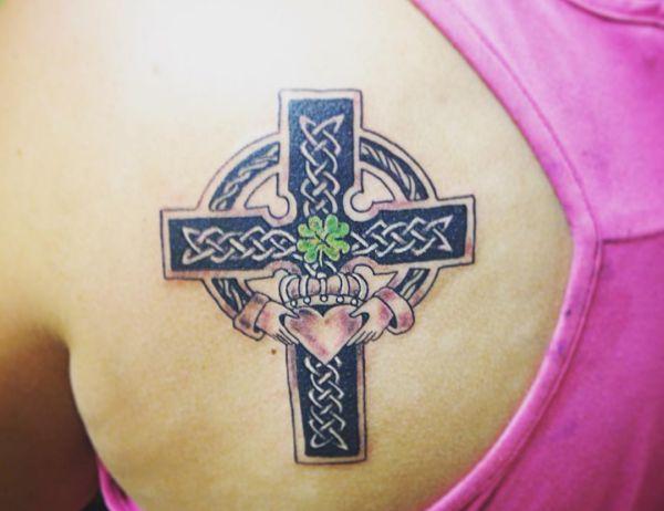 Keltisch Kreuz mit Klee mit vier Blättern Tattoo am Rücken