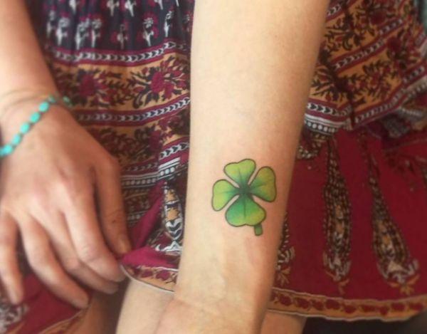 Tattoo vierblättriges Kleeblatt am Handgelenk