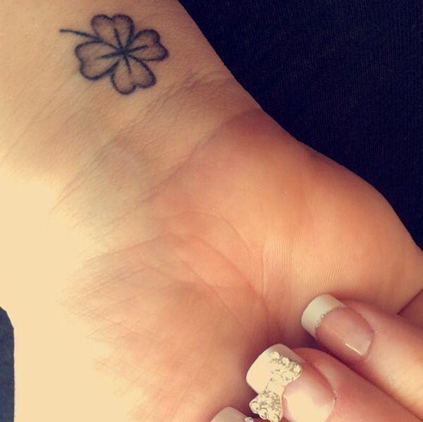 Klee mit vier Blättern Tattoo am Handgelenk Schwarz