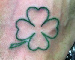 15 seltene vierblättriges Kleeblatt Tattoos und ihre Bedeutung