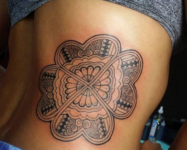 Tribal Vierblättriges Kleeblatt Tattoo Design am Rippenbogen