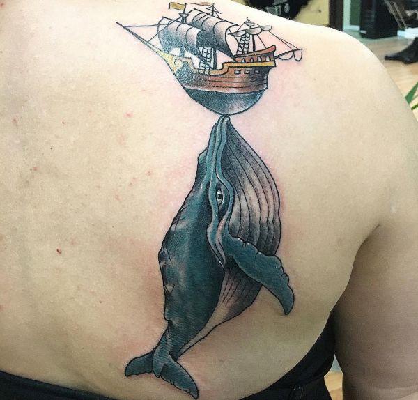 Wal mit Schiff am Schulterblatt
