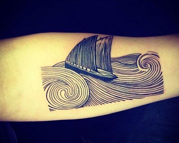 Wasser und Schiff am Unterarm schwarz und weiß