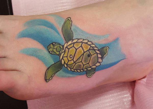 Wasser und Schildkröte Tattoo am Fuß