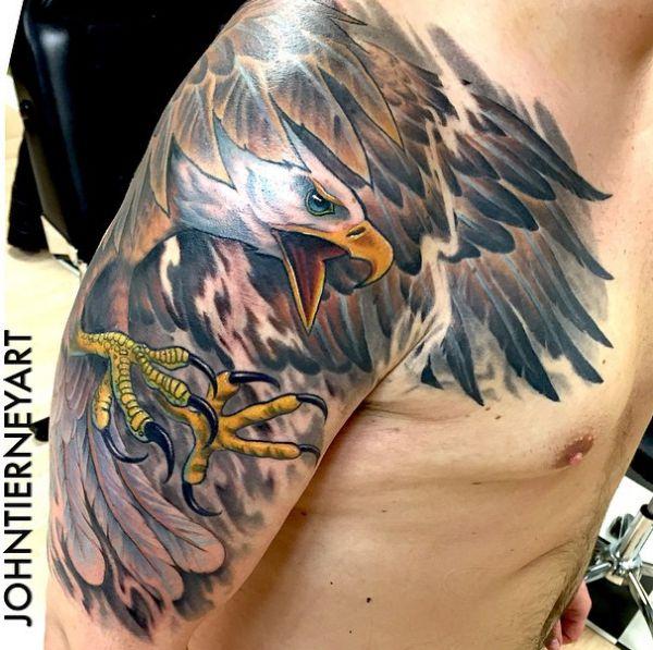 Weißkopfseeadler am Oberarm der Männer