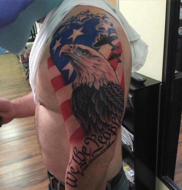 Weißkopfseeadler mit Amerikanisch Flagge am Oberarm