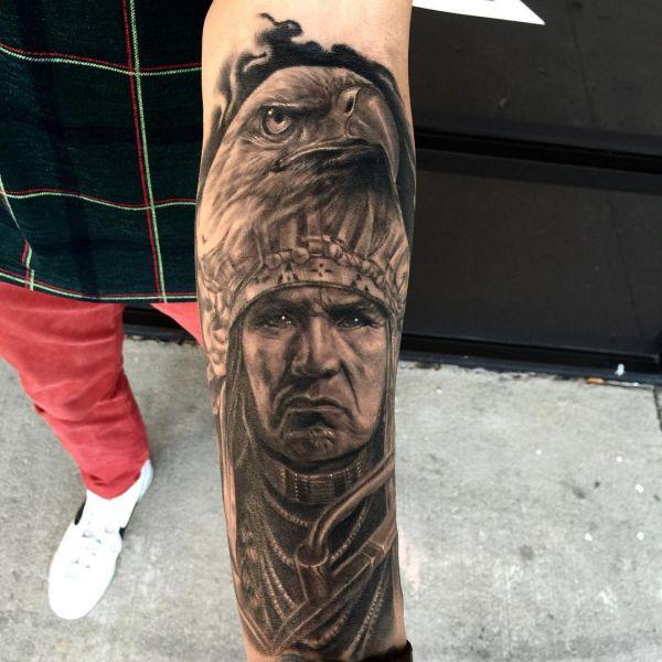 Indianer Weißkopfseeadler am Unterarm