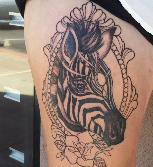 Zebra Design mit Blume auf der Bein für Frauen