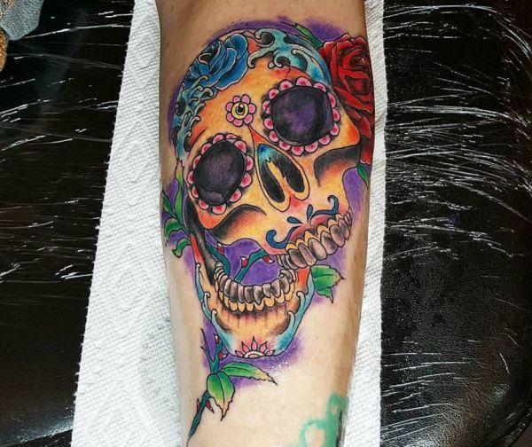 Zuckerschädel Tattoo Design am Unterschenkel