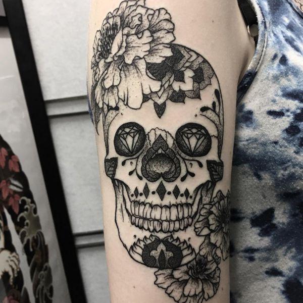 Zuckerschädel Tattoo Design am Oberarm Schwarz und Weiß