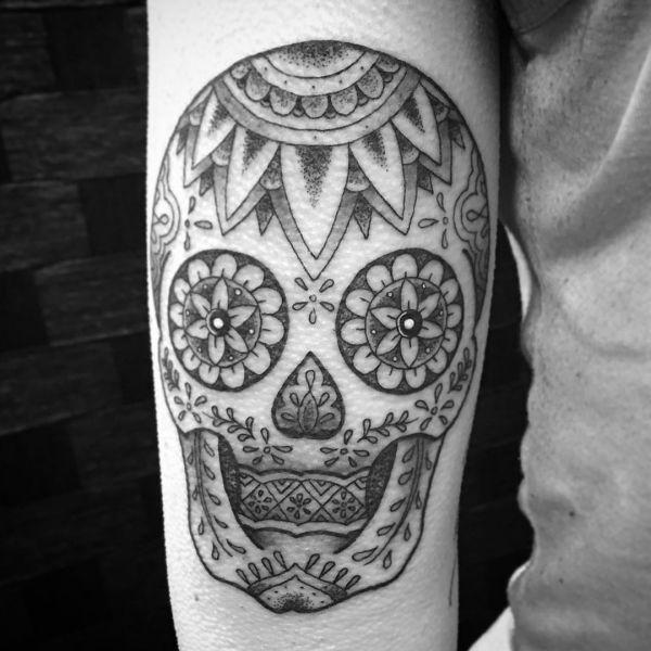Zuckerschädel Schwarz und Weiß Tattoo am Unterarm