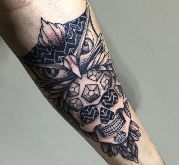 Eule mit Zuckerschädel Schwarz und Weiß Tattoo am Unterarm