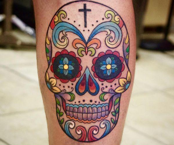 Bunte Zuckerschädel Tattoo Design auf der Bein