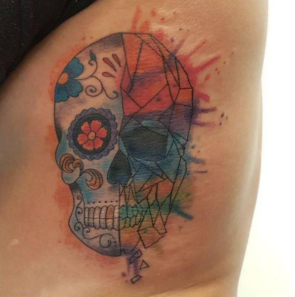 Wasserfarben Zuckerschädel Tattoo Design am Rippenbogen