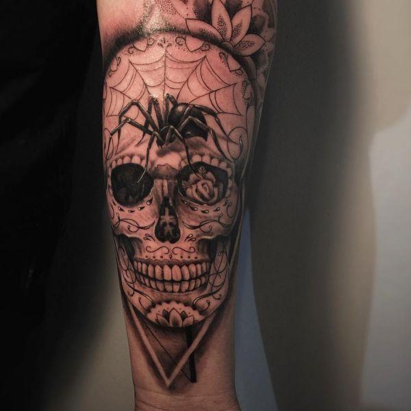 Realistisch Spinne und Zuckerschädel Tattoo auf dem Arm