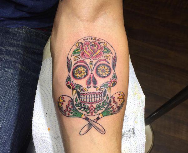 Zuckerschädel mit Labute Tattoo Design am Unterarm