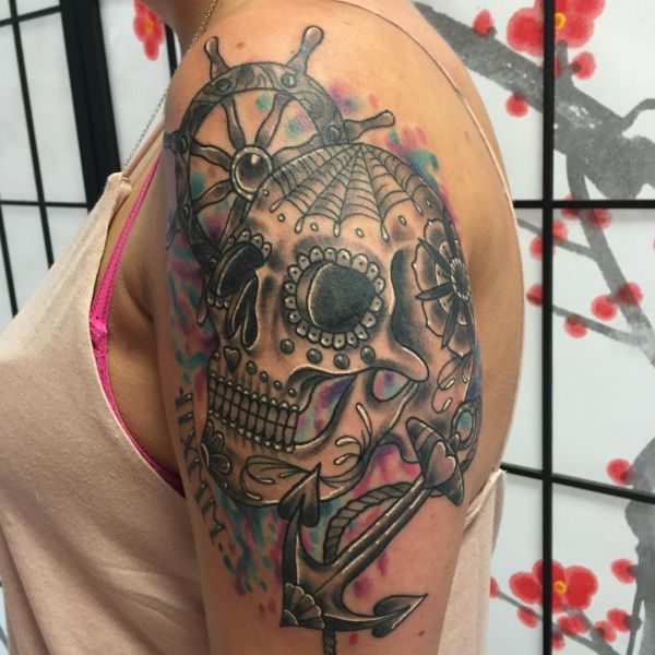 Zuckerschädel mit Schiffsruder und Anker Tattoo Design am Oberarm