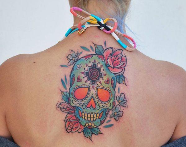 Bunte Zuckerschädel Tattoo Design am Rücken für Frauen